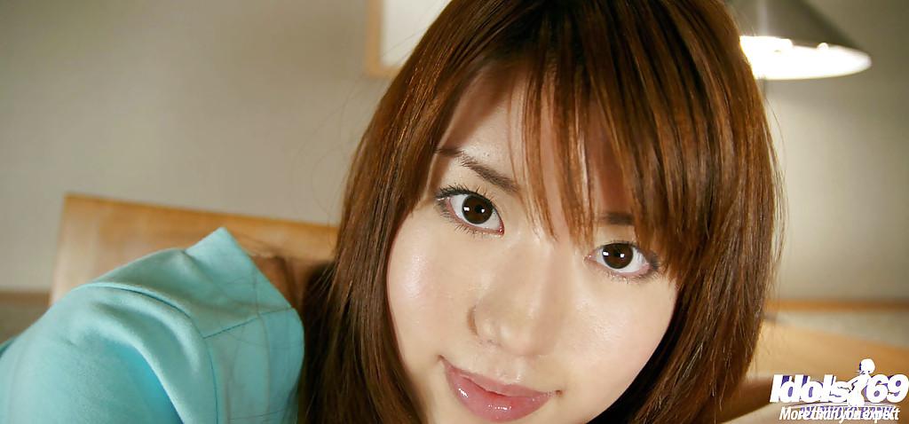 Сахарная девушка с узкими глазами в трусах снимает одежду перед сном фото порно