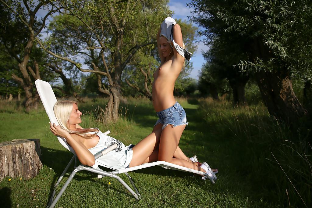 Две блондинки занялись перепихоном в естественной среде на фоне воды секс фото