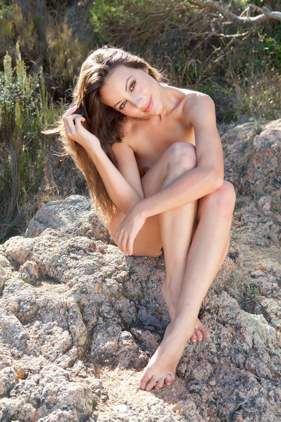 Нагая мулатка Lorena Morena позирует и демонстрирует пушистые губки пезды