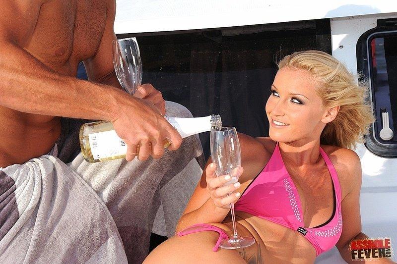 Напившись шампанского на яхте Kathia Nobili дала в сраку