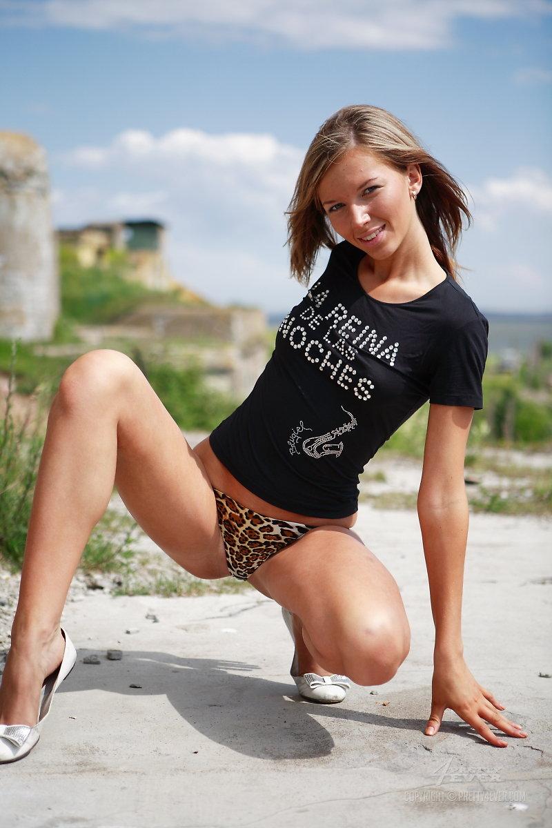 Распутная девушка-подросток Lena Nubiles спокойно красуется голой в естественной среде