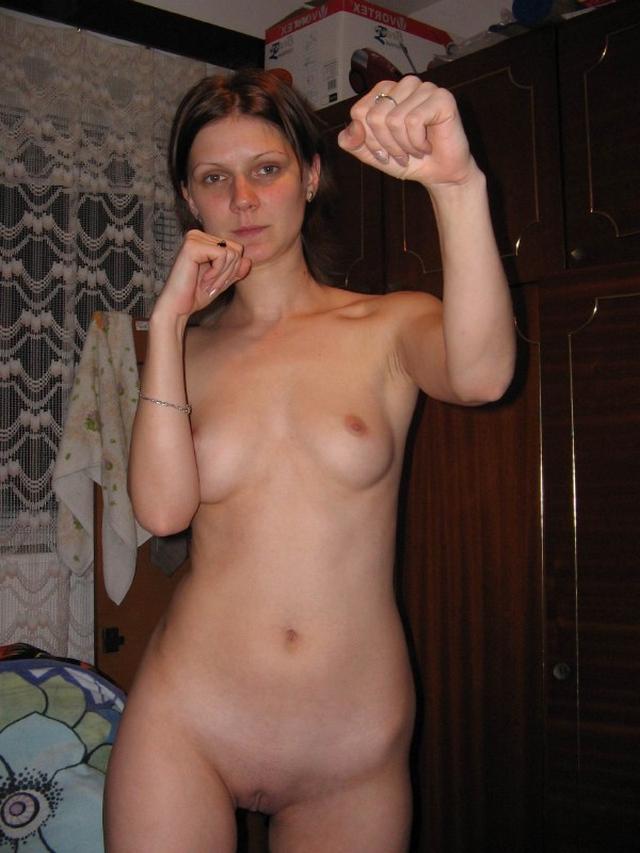 Ира без нижнего белья подставляет свою узенькую писю для секса