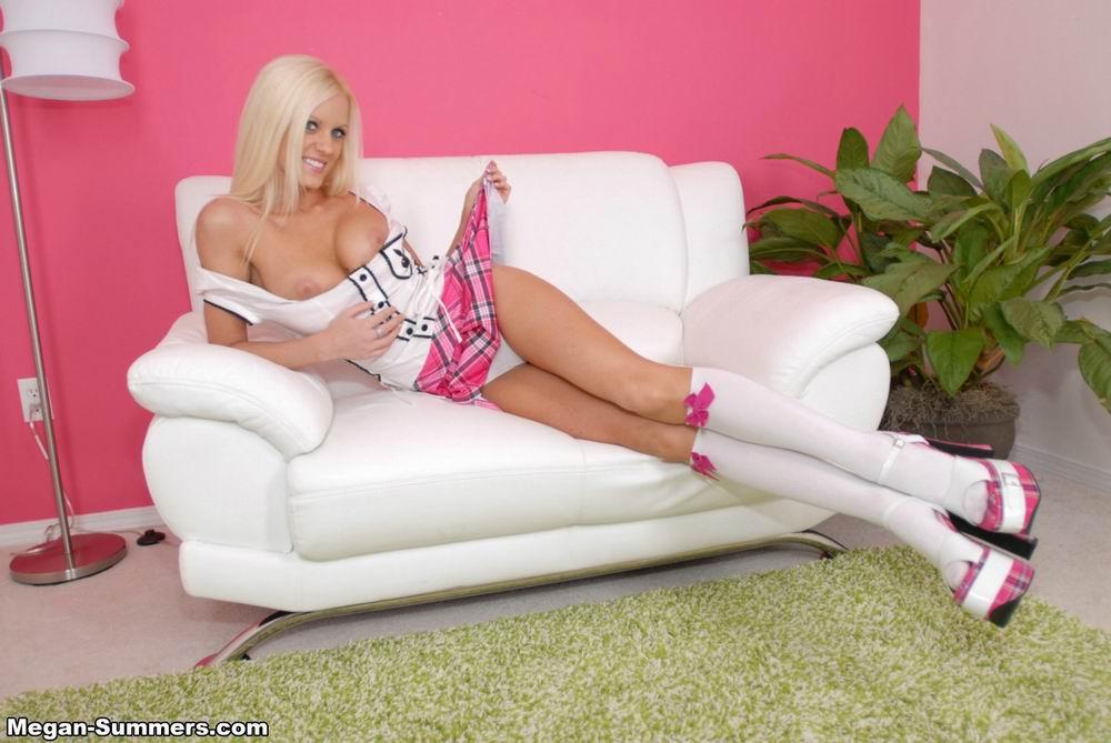 Высокая светлая порноактриса Megan Summers в розовой мини-юбке продемонстрировала свои шары и трусики