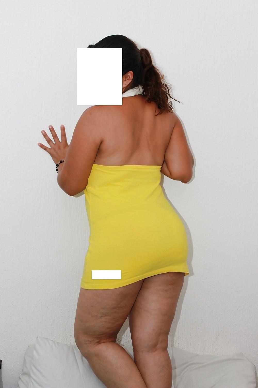 Представительница слабого пола с громадной сракой в коротком платье