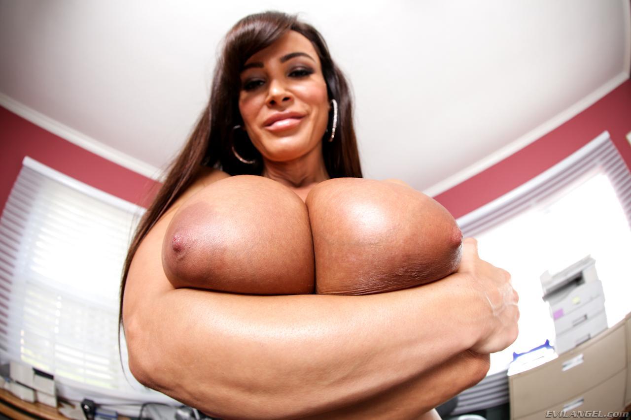 Милая мамка Лиза Энн снимает одежду и обнажает крупную грудь на камеру