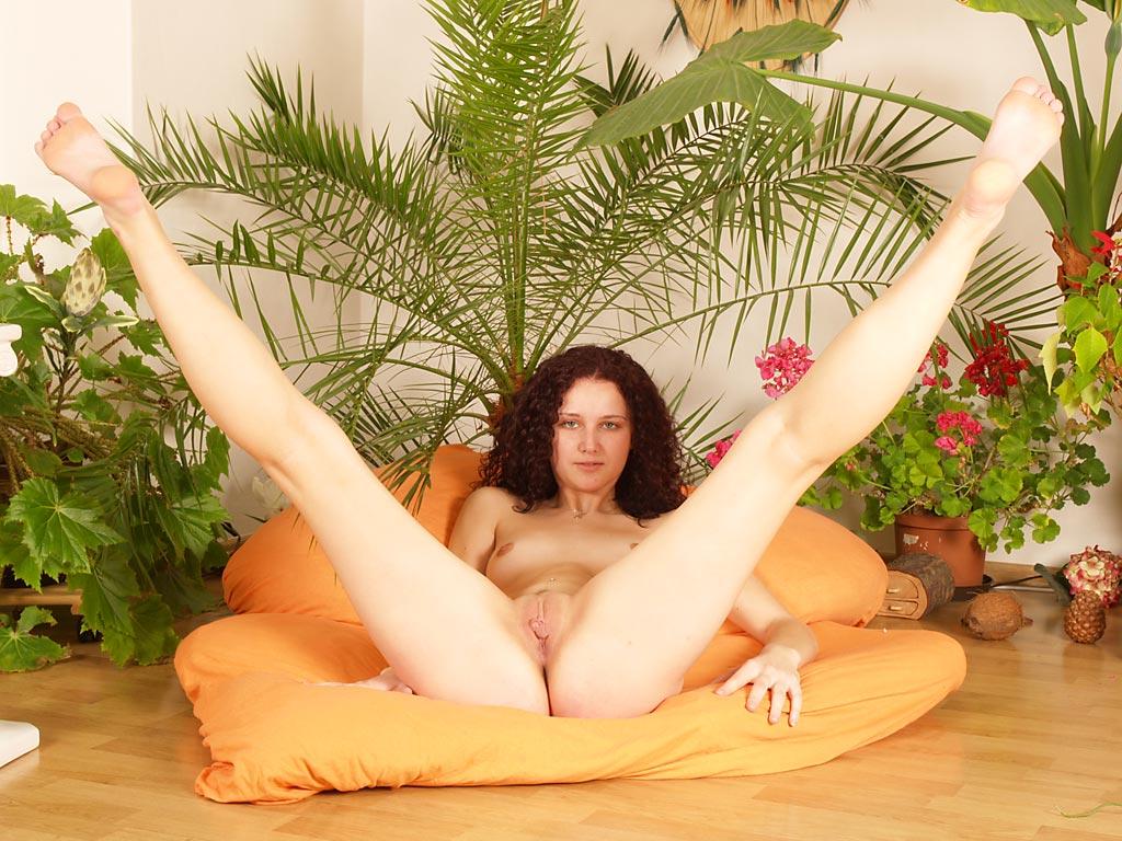 Пальчик порочной девахи Andrea Drapelova исследует заднюю и половую щёлки