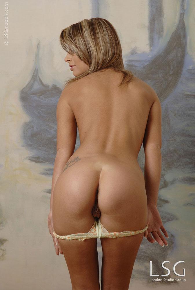 Европейка с классной сракой Paloma A снимает трусики