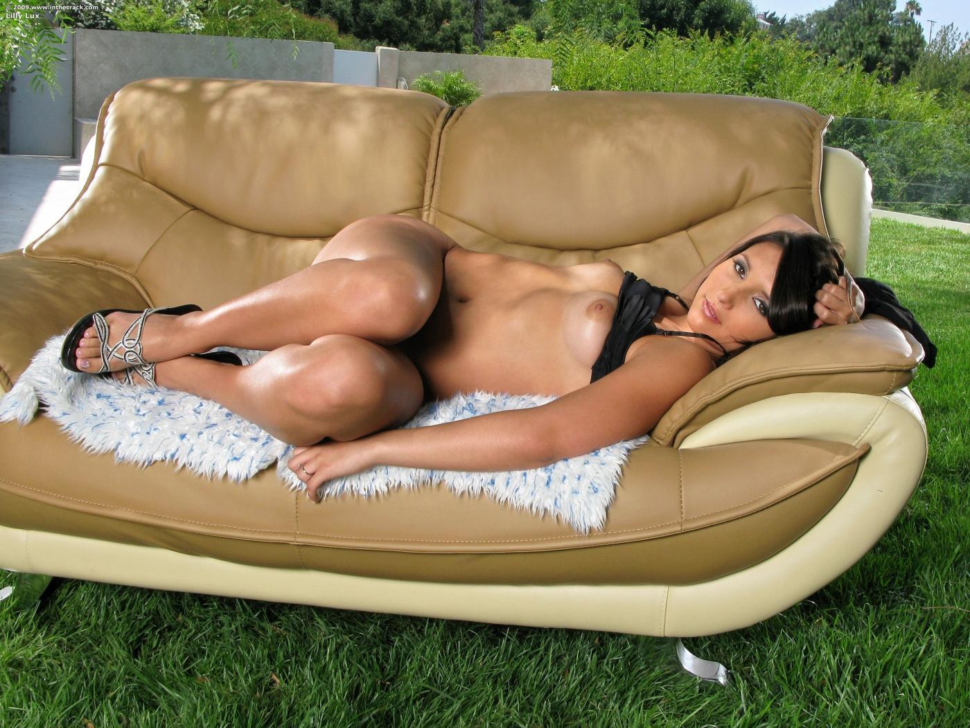 Lilly Lux демонстрирует возбуждающую выпуклую задницу и ухоженную пилотку на природе