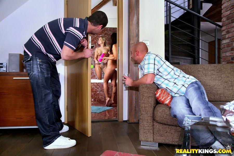 Миа Леоне и Nataly D снимают трусы и ебутся в дырки
