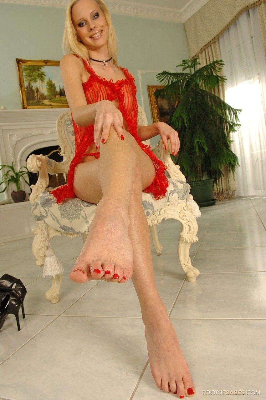 Грациозная и игривая Gitta Blond  медленно снимает белье и лижет свои идеальные ножки