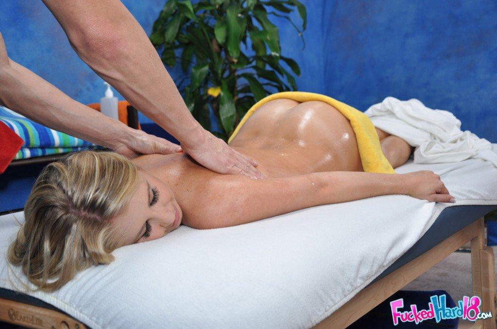Симпатичная девушка-подросток в масле Кейси Джеймс дает массажисту жестко отжарить свою сырую пизду