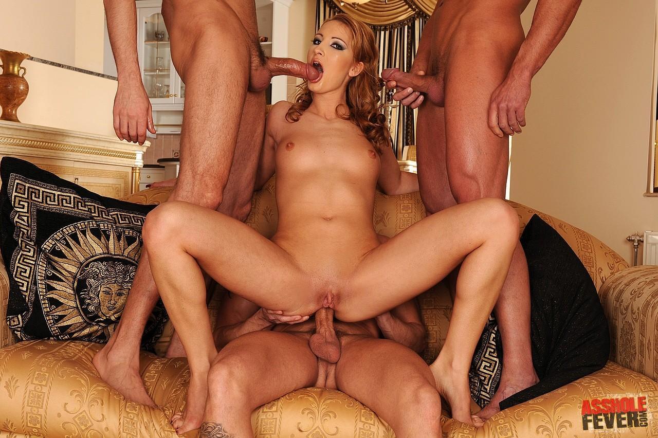 Возбужденная Demi C трахается в розовую заднюю щелку и заполняет себя спермой сразу от трех крутых парней