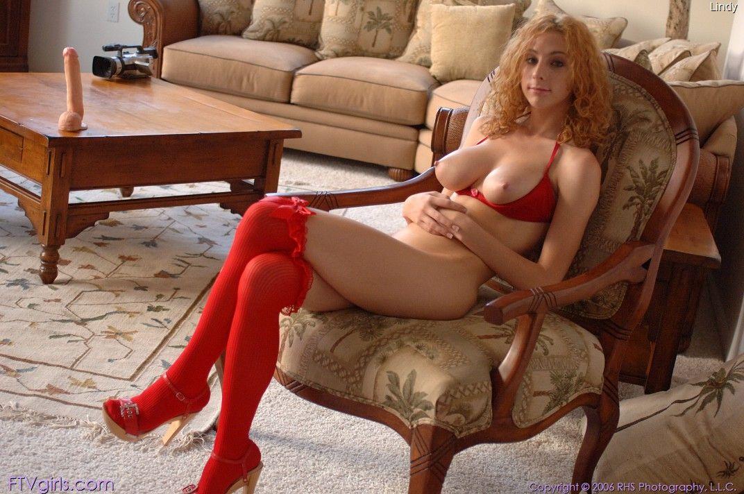 Достаточно раскрепощенная ядовитая девка Frenchie одетая в красное играется со своей любимой игрушкой