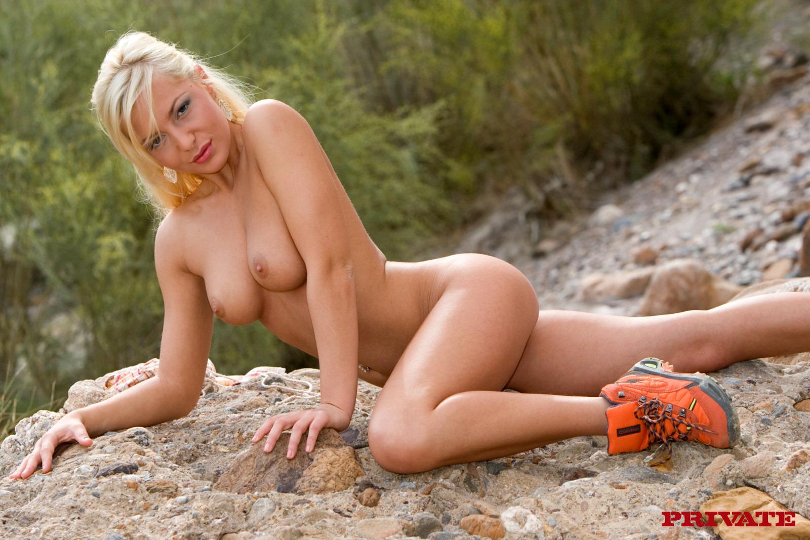Раскрепощенные девахи Jennifer Love и Emili наслаждаются поревом в горах