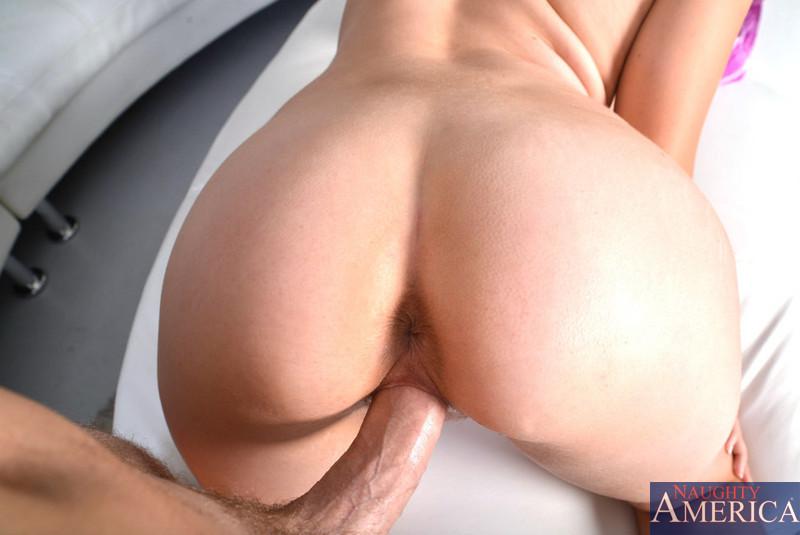 Соблазнительная дурочка Chrissy Greene с радостью отдает свою вагину на растерзание большому члену