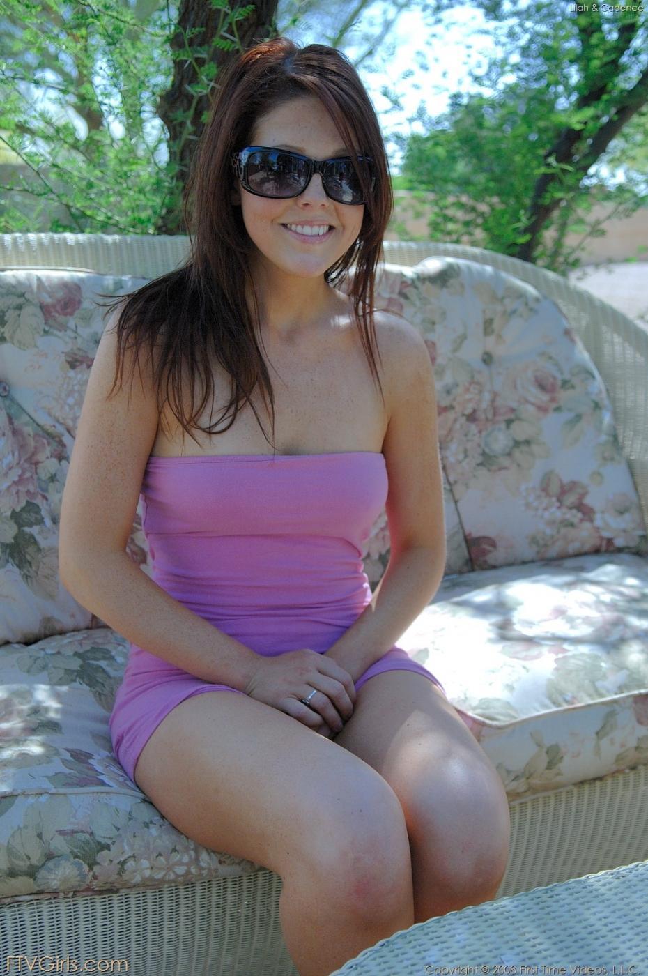 Shayne Ryder приподнимает свое фиолетовое платье не природе и ебет свою манду на солнышке