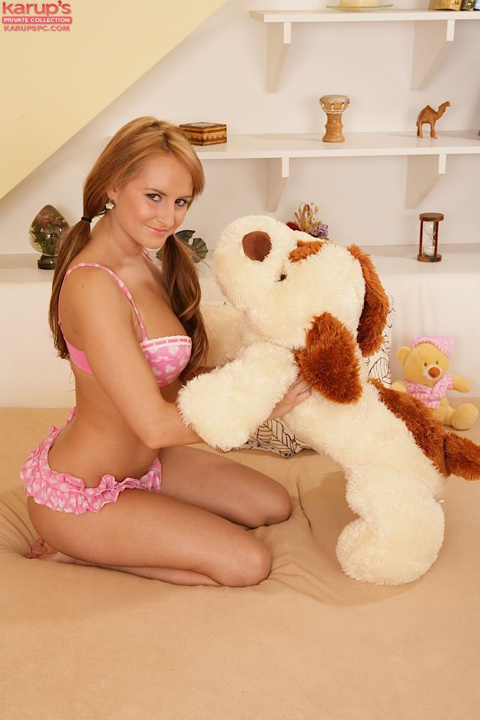 Сексапильная рыженькая Sindy Saint забавляется со своей игрушкой, а потом снимает одежду и мастурбирует