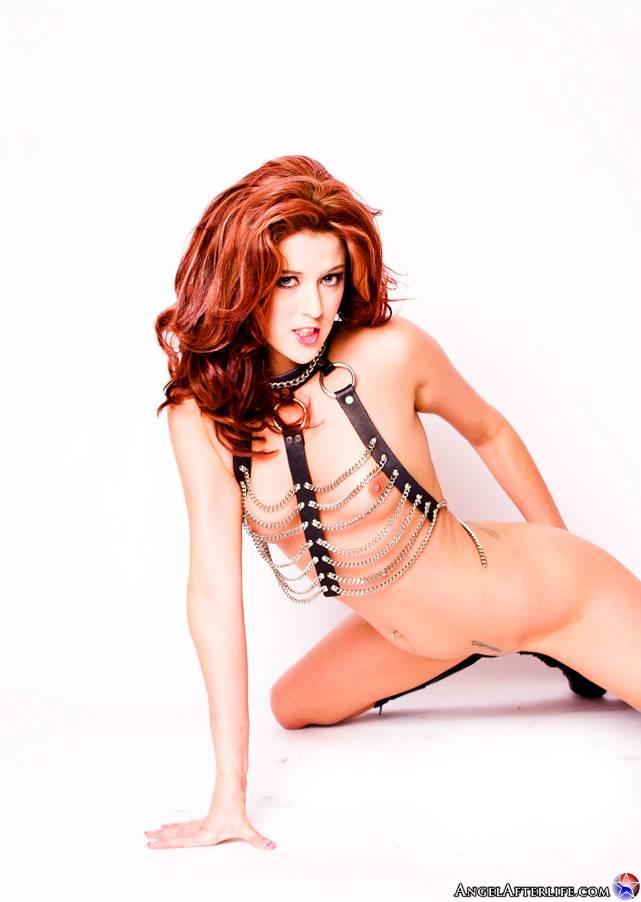 Страстная рыженькая дразнилка на каблуках Trisha Rey демонстрирует раздетую грудь и широко раздвинутую письку