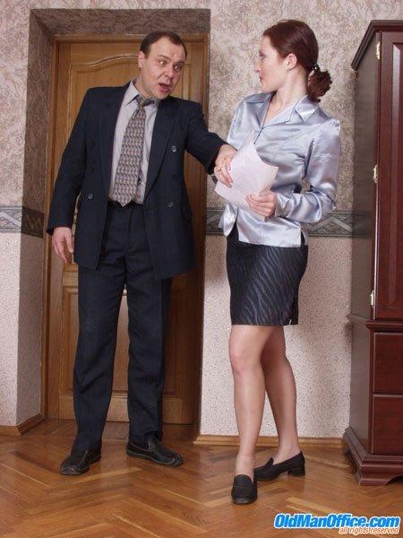 Русская секретутка в телесных колготках отдается зрелому начальнику