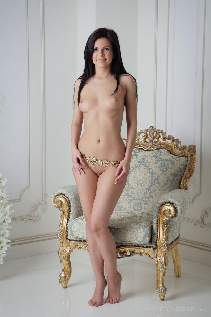 Возбужденная чертовка онанирует вагину и заодно выставляет напоказ ее во всей красе