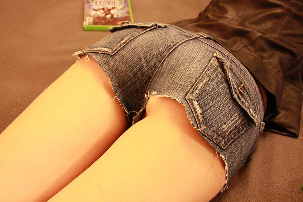 Попки тёлок в коротких шортиках на камеру