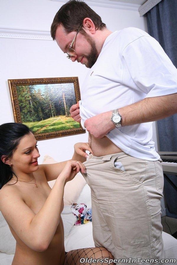 Сосед в очках предложил красотке в сетчатых чулочках секс