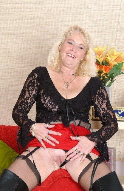 Онанизм пожилой блондинки в сапогах