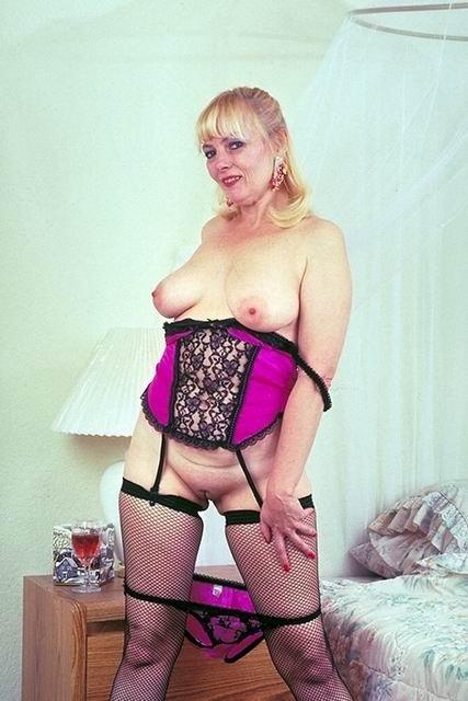 Возрастная представительница слабого пола в интимном белье без стрингов