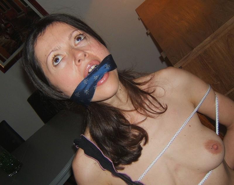 Брюнетка обнажила соблазнительное тело