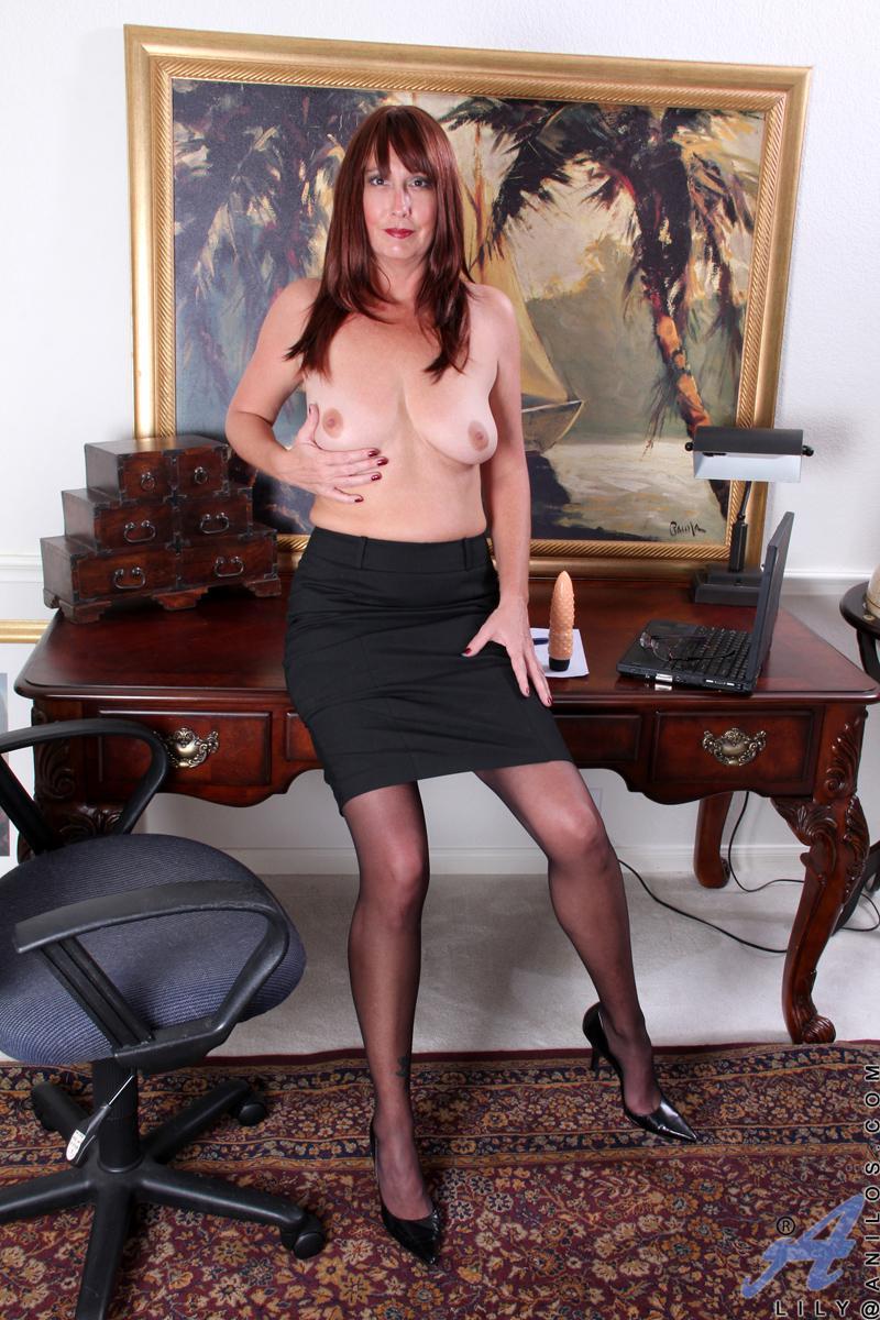Шлюхастая мамка Lily Anilos спускает чулочки и порет стриженную вагину игрушкой
