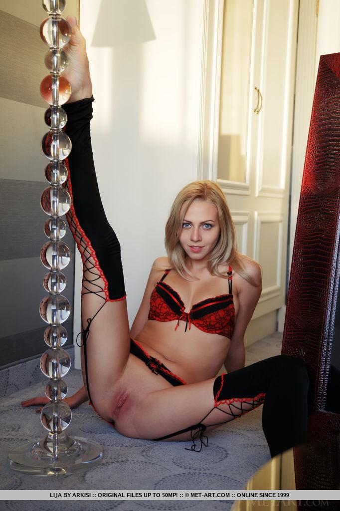 Наглая синеглазая светлая порноактриса Лия в носках выставляет напоказ гладкую шмоньку