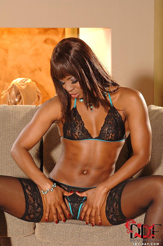 Элегантная черная красота Jasmin в темных шелковых чулочках дразнит и обнажает стриптиз