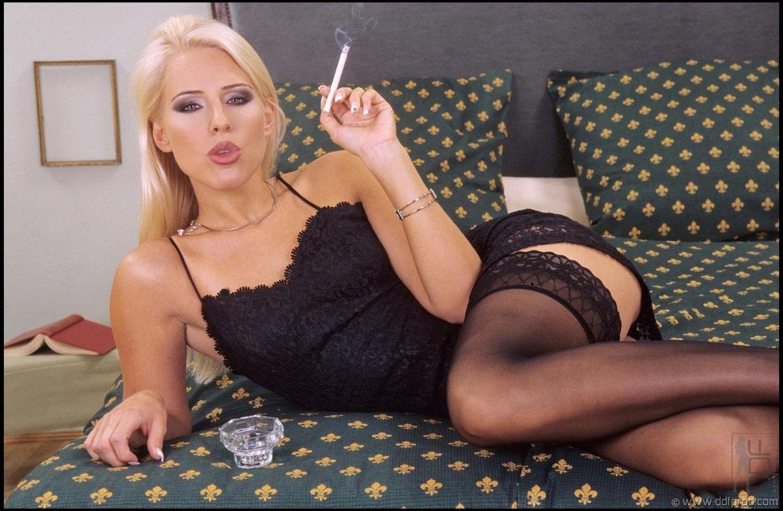 Игривая Stella Hot в тёмном нижнем белье и гетрах курит, а затем дает во все щели