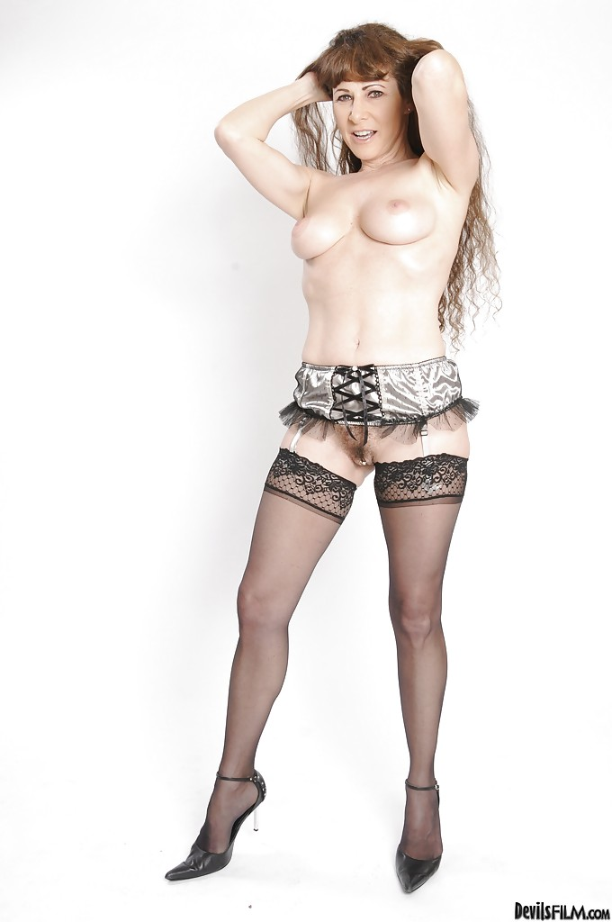 Опытная особа женского пола в гетрах выставляет напоказ новый страпон
