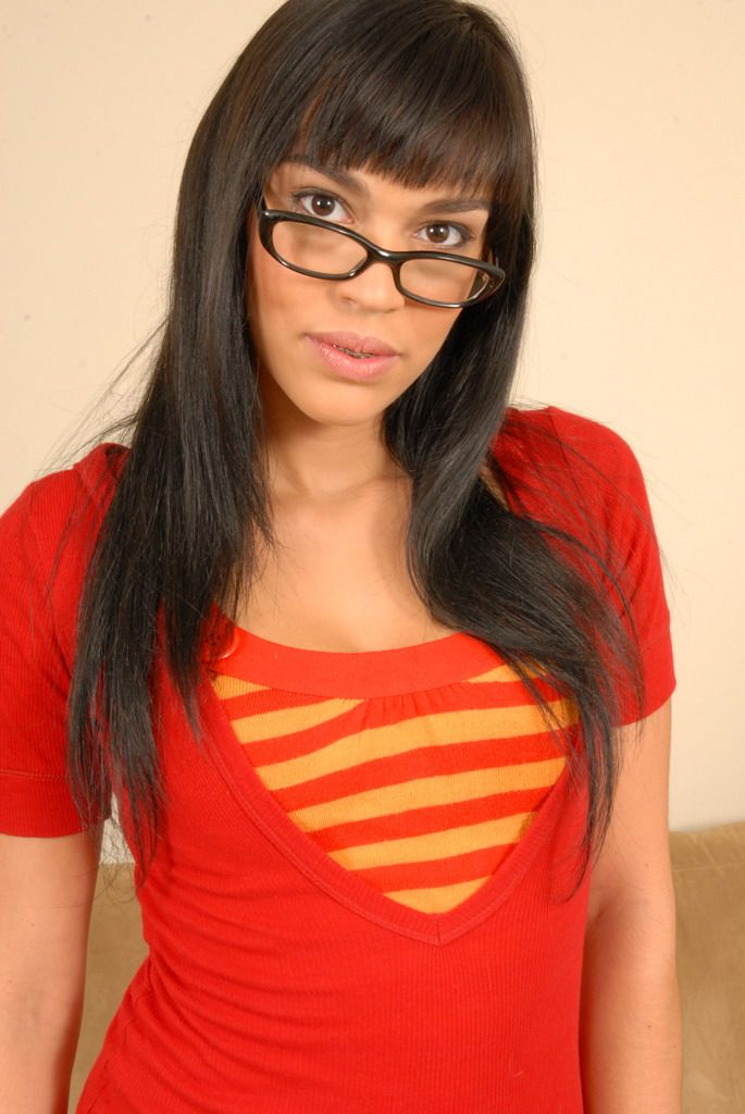 Брюнетка в очках Angelina Korrs впервые обнажает свое тело
