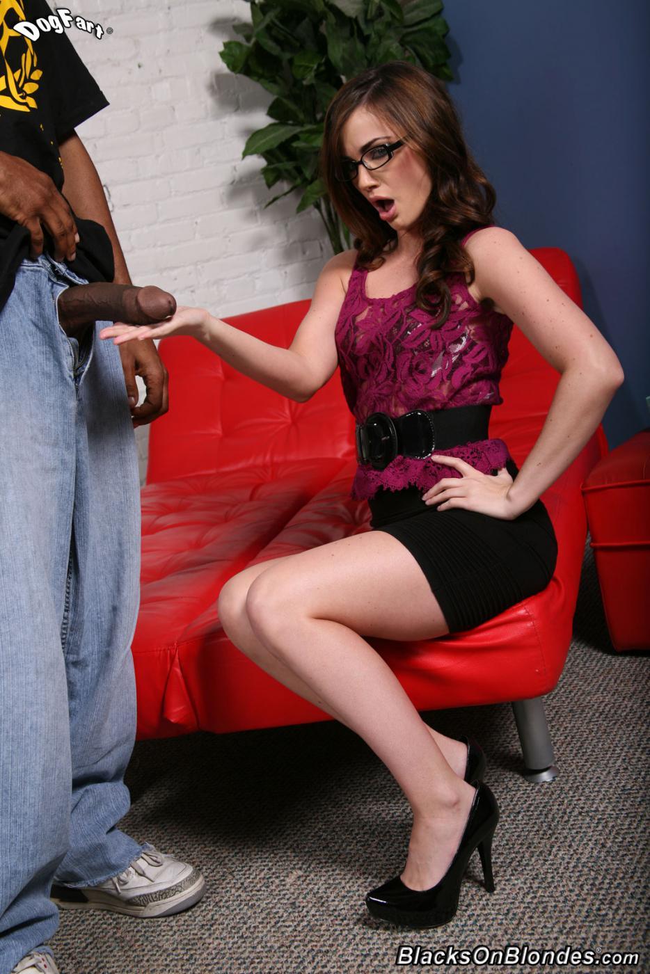 Русая порноактрисса в очках Лили Картер работает ртом и скачет на крупном черном пенисе