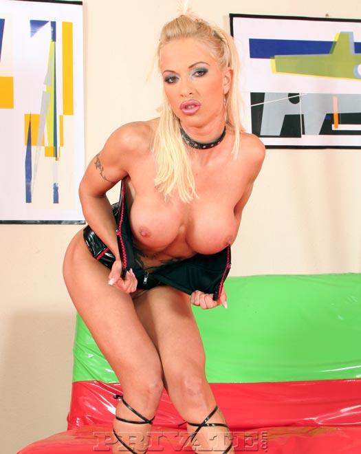Сисястая блондинистая секс-бомба Кони Феррара на возбужденных каблуках стаскивает латексный корсет