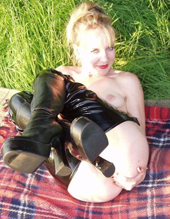 Мамка в сапогах и с вагинальными бусами на траве