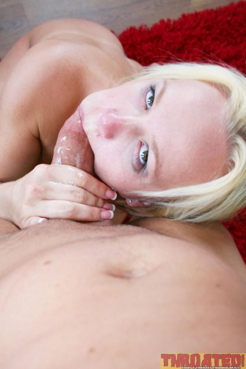 Опытная блондинка делает глубокий минет хрена