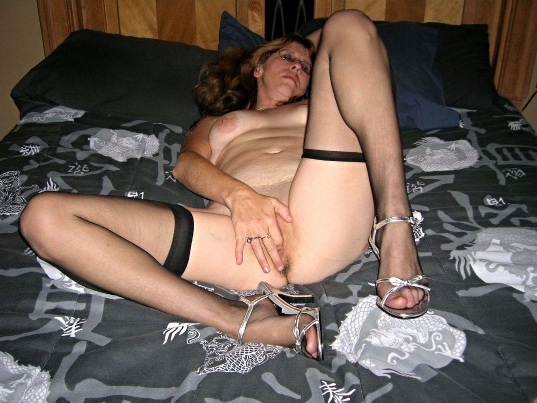 Возрастная немка часто снимает одежду