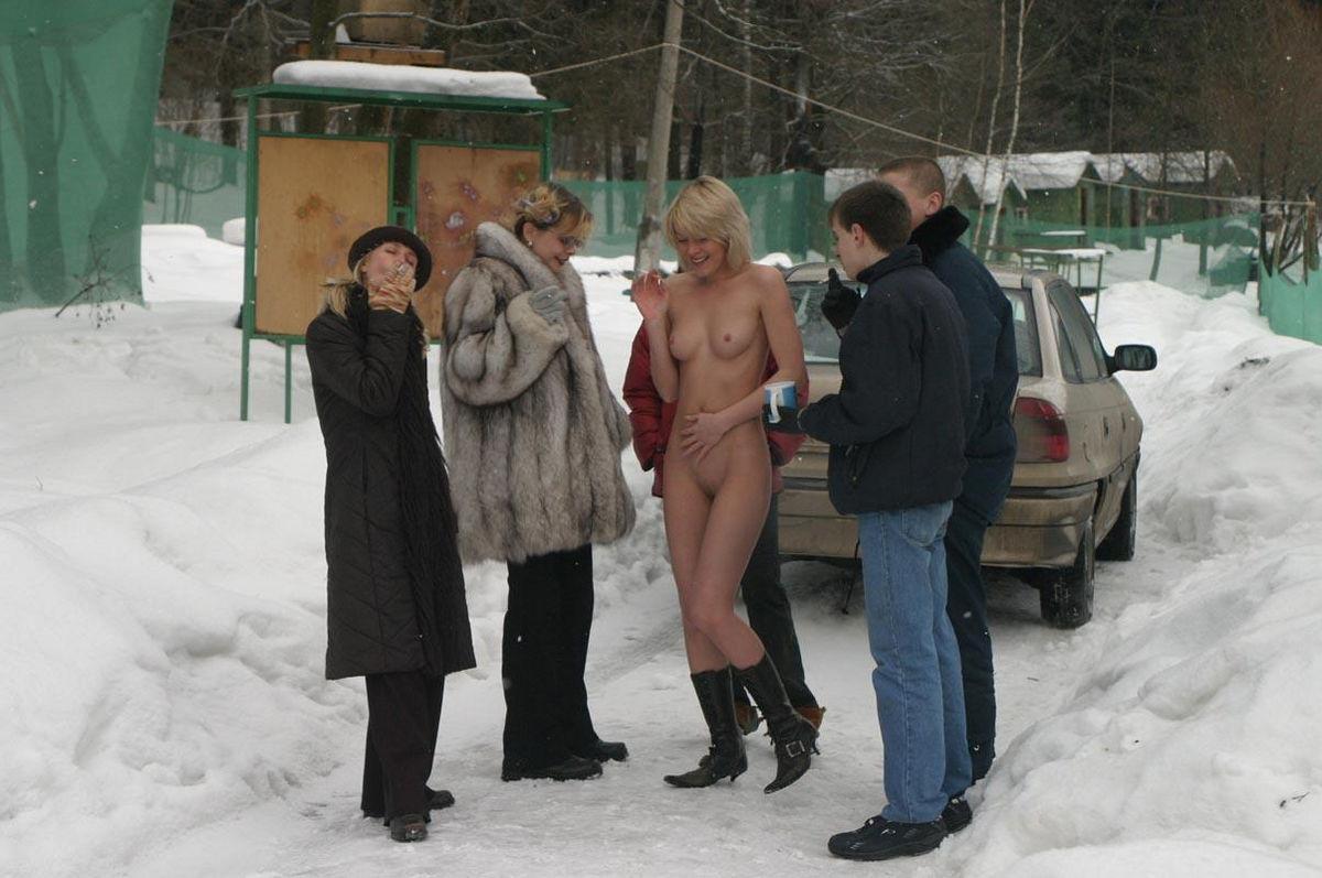 Русская модель со свелыми волосами бродит раздетой зимою