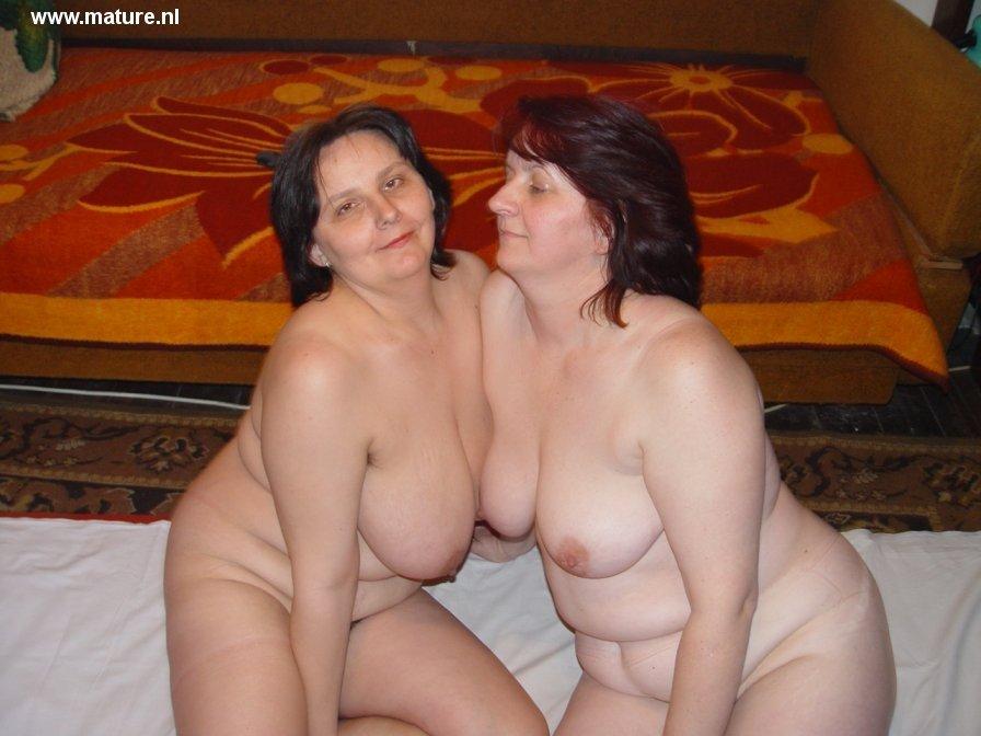 Две жопастые пожилые лесбияночки на кроватке