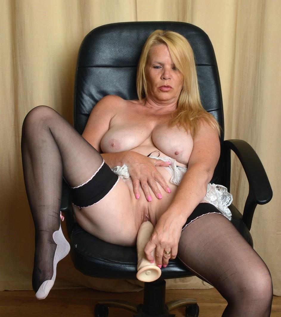 Грудастая блондиночка без эмоций садится писей на большой вибратор