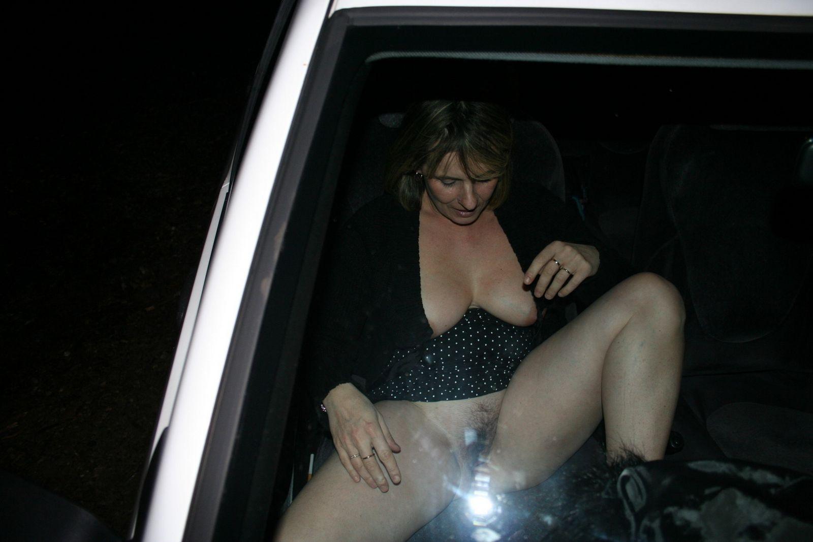 Похотливые игры с пожилой тётей в машине